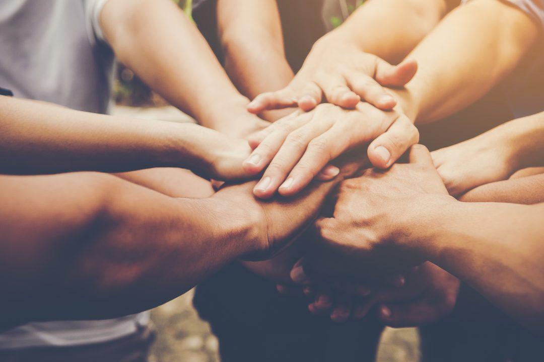 Executivos juntando as mãos