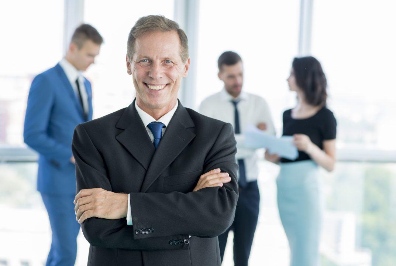 Executivo senior feliz junto com sua equipe