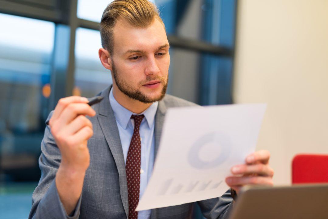 Homem de Negócios lendo um documento