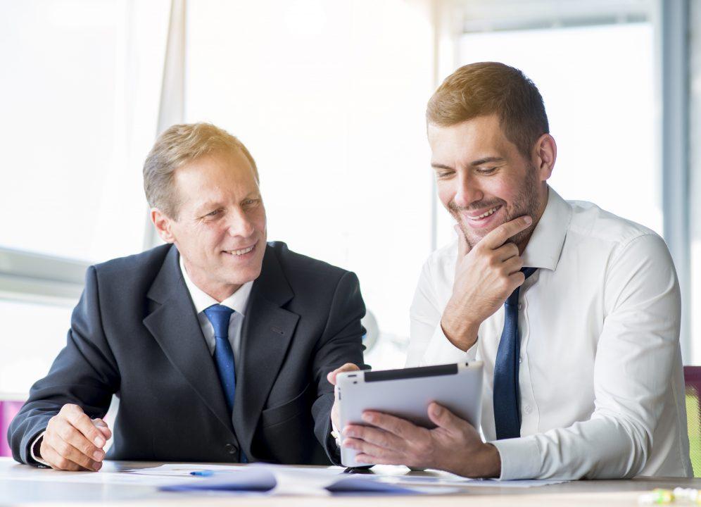 Homens-de-Negócio-trabalhando Como evitar a declaração de ilegalidade da terceirização e casos de corrupção nas empresas privadas e públicas?