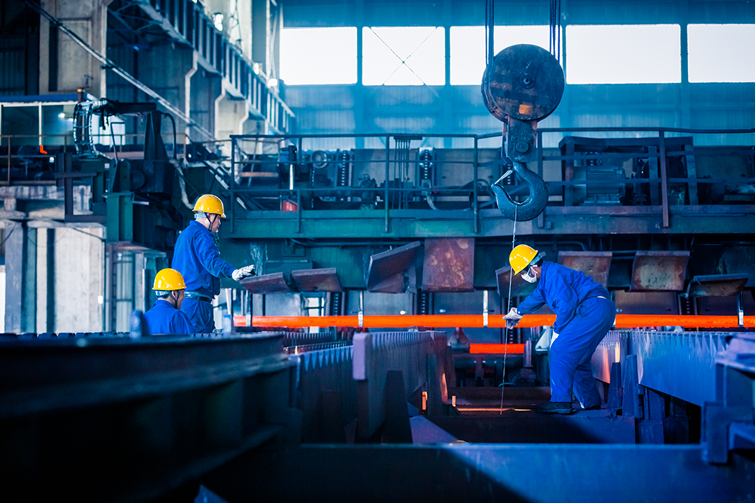 Trabalhadores em linha de produção na fabrica